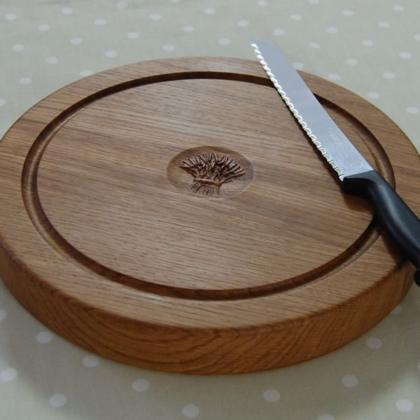 Personalised oak bread board, size 30dia x 4cm, optional wheatsheaf 3D morif