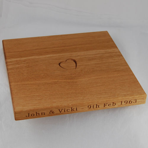 Engraved wooden chopping board, size 30x30x2.7cm, font Bookman Old Style, optional motif