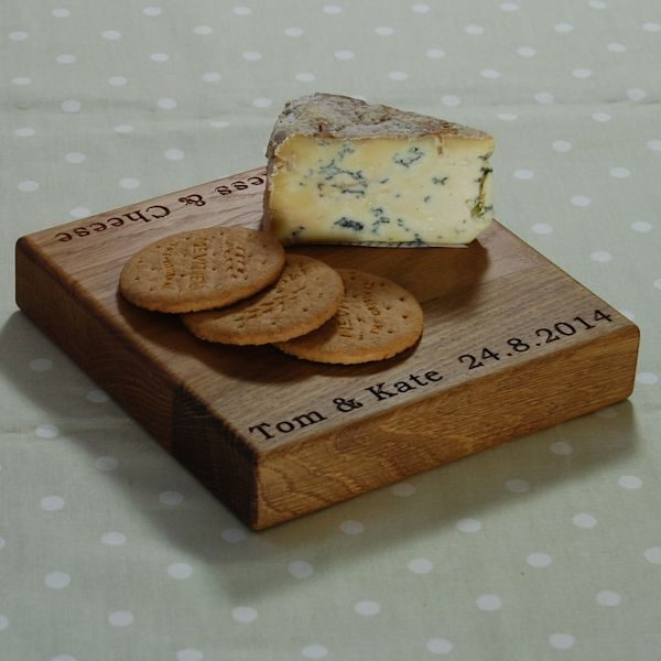 Square cheese board, size 20x20x4cm, font Bookman Old Style