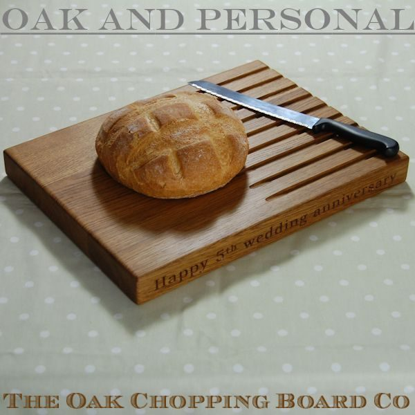 Personalised wooden bread board, size 30x40x4cm, font Bookman Old Style